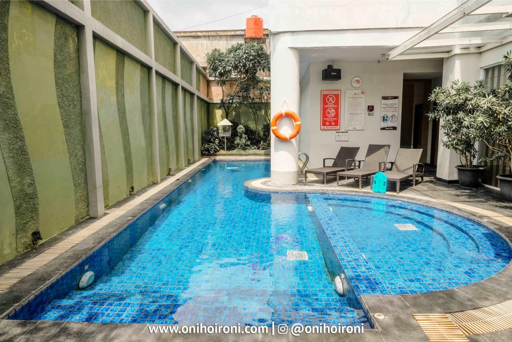 Swimming Pool Grand Tjokro Yogyakarta.jpg