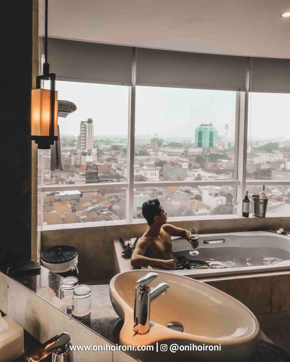 2 Room bathtubCrowne Plaza Bandung Oni Hoironi