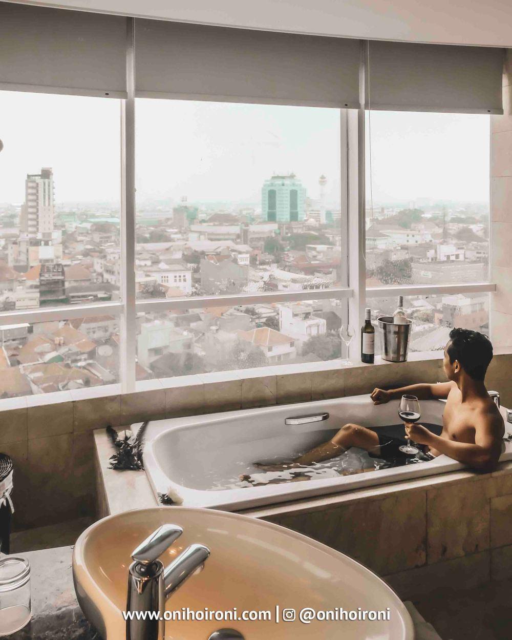 3 Room bathtubCrowne Plaza Bandung Oni Hoironi