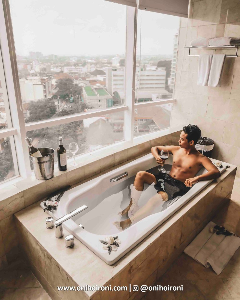 4 Room bathtubCrowne Plaza Bandung Oni Hoironi