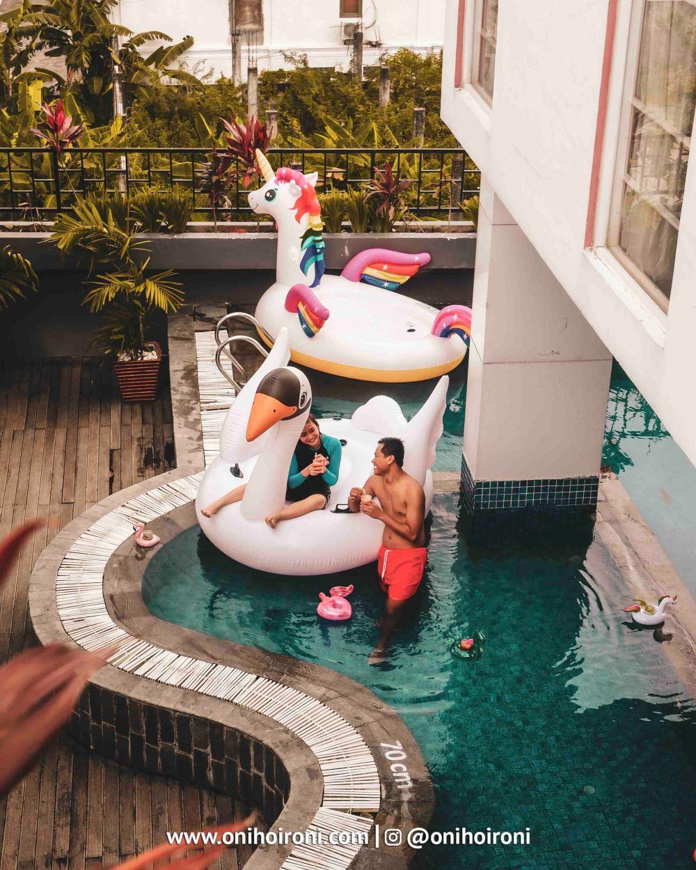 2 Swimming Pool Fave Hotel palembang Oni Hoironi