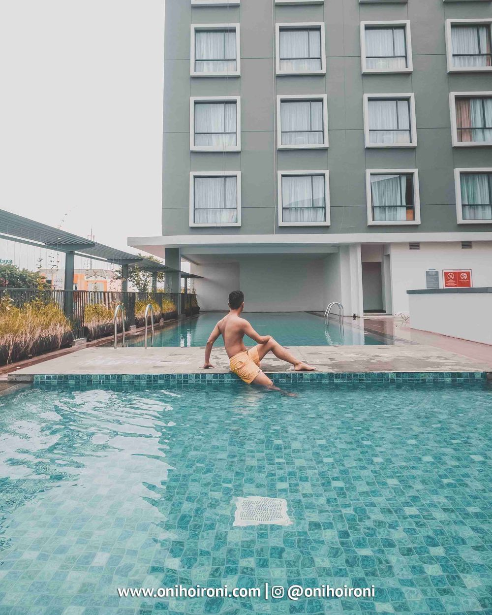 2 Swimming Pool Harper Hotel Palembang