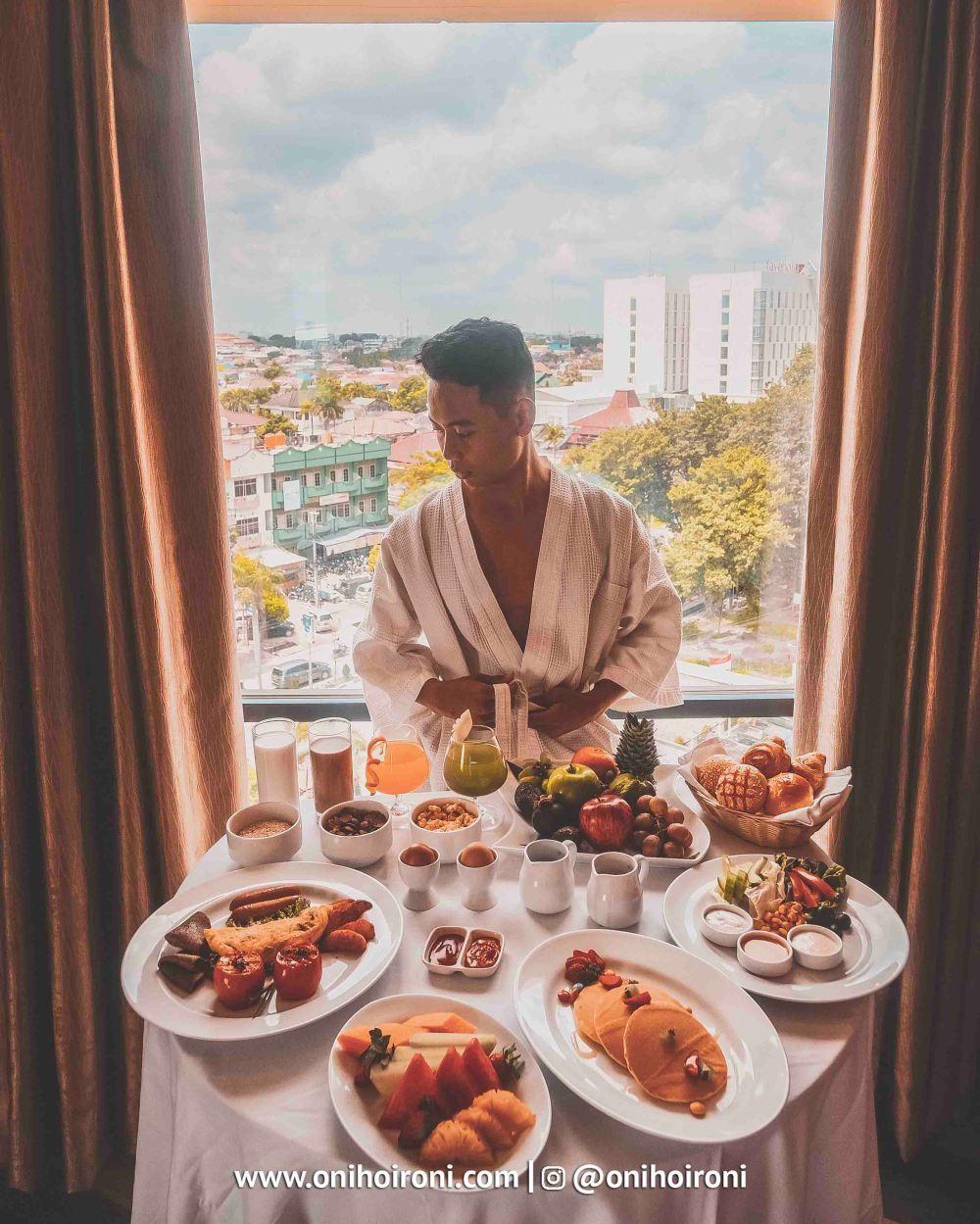 4 Breakfast in bed Aston palembang Oni Hoironi