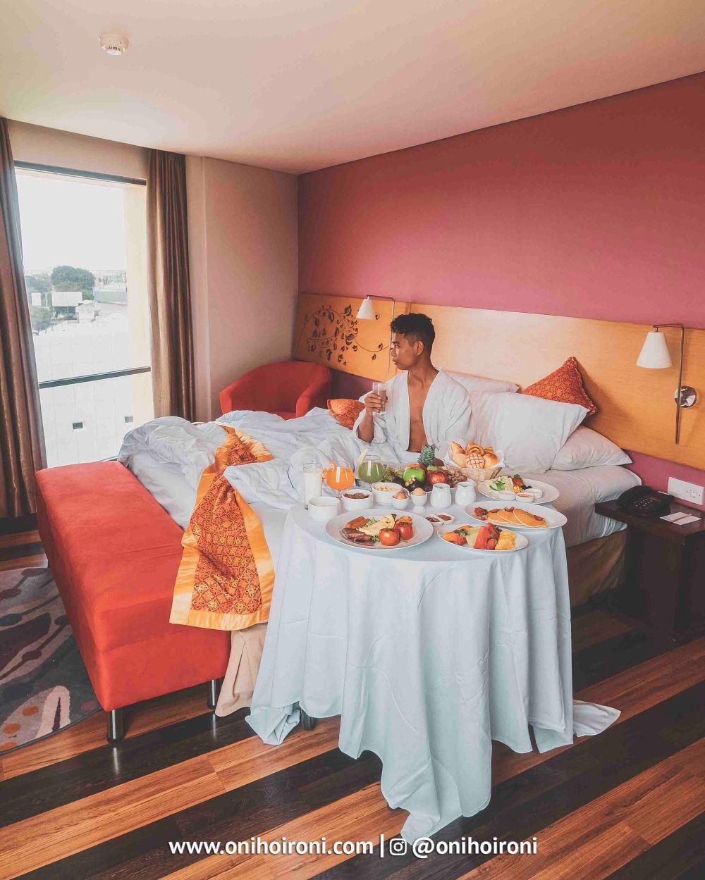 6 Breakfast in bed Aston palembang Oni Hoironi
