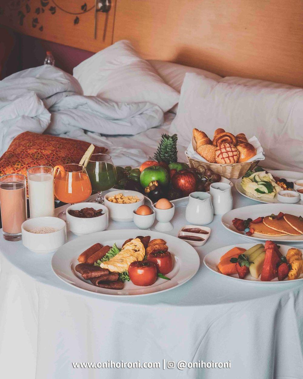 7 Breakfast in bed Aston palembang Oni Hoironi