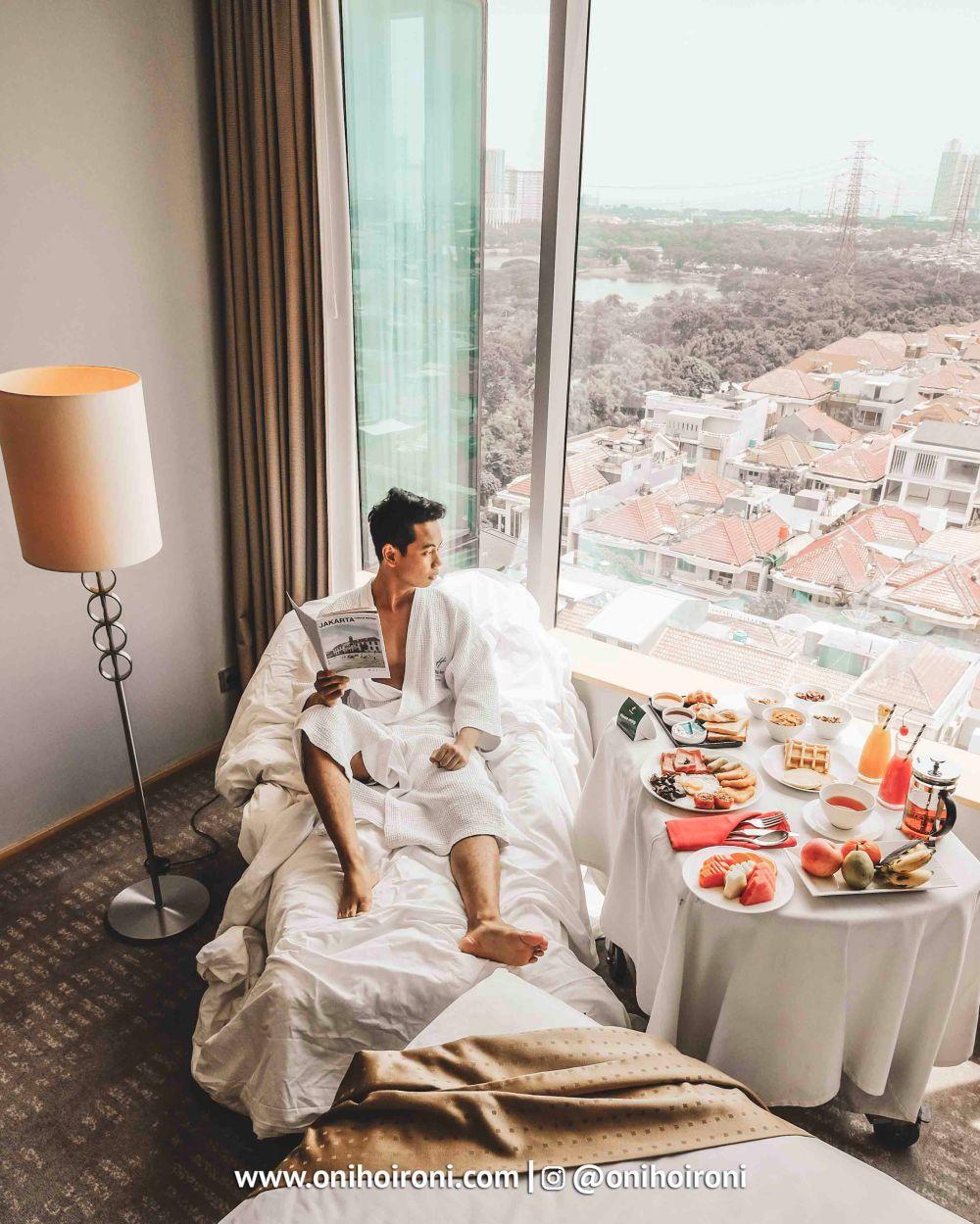1 Breakfast in bed kamar holiday inn kemayoran jakarta oni hoironi