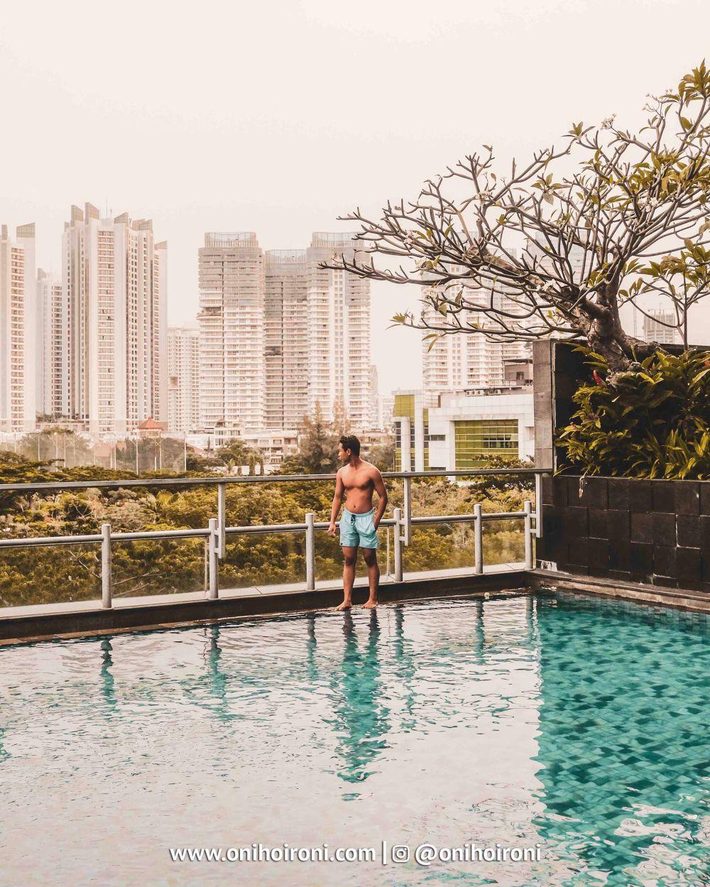 2 Swimming Pool Holiday Inn Jakarta Kemayoran