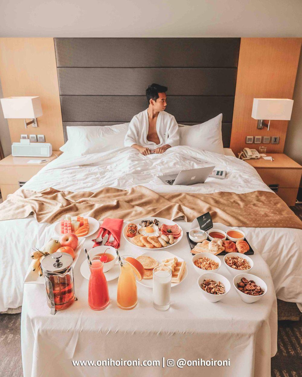 4 Breakfast in bed kamar holiday inn kemayoran jakarta oni hoironi