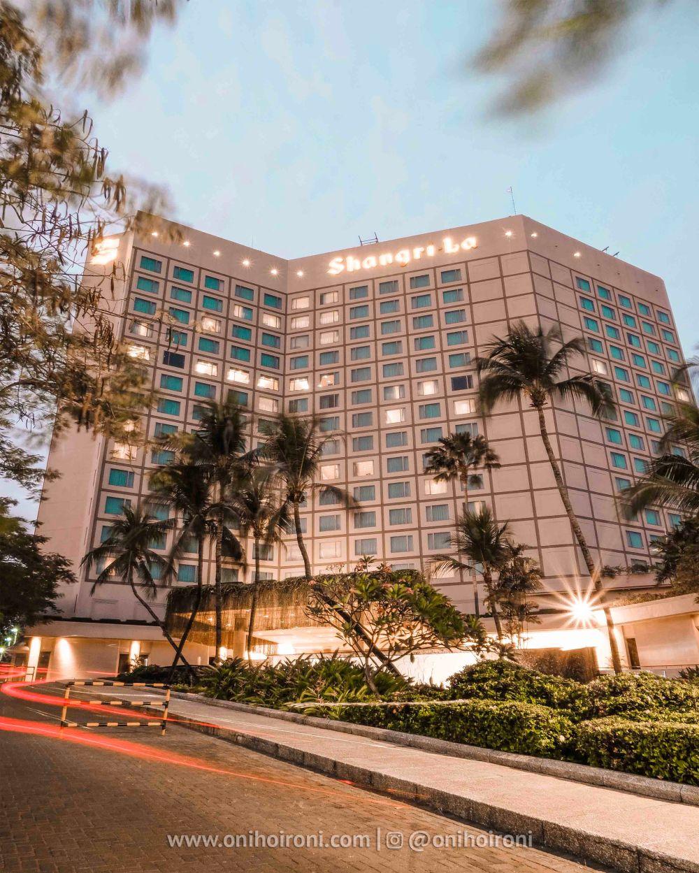 1 Gedung Review Shangrila Surabaya Hotel Oni hoironi.jpg