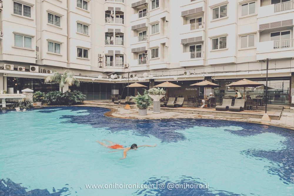 5 Swimming Pool Review Hotel Grand Whiz Poins Simatupang Jakarta oni hoironi